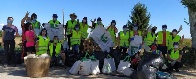 Voluntaris de Juneda i el Palau d'Anglesola participen en la campanya Let's clean up