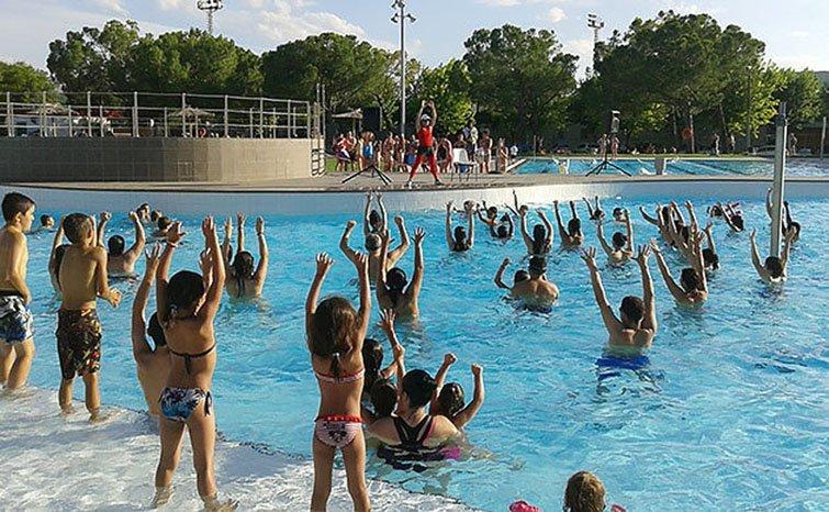 una nena de 5 anys en estat greu en caure a la piscina de