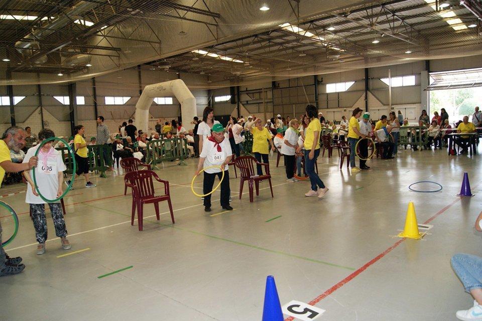 Els participants en els Jocs Olímpics d'Agramunt realitzant les proves